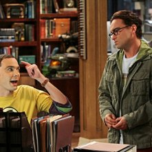 Johnny Galecki e Jim Parsons in un momento dell'episodio The Irish Pub Formulation di The Big Bang Theory