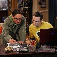 Johnny Galecki e Jim Parsons in una scena dell'episodio The Irish Pub Formulation di The Big Bang Theory