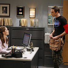 La guest star Eliza Dushku e Jim Parsons nell'episodio The Apology Insufficiency di The Big Bang Theory