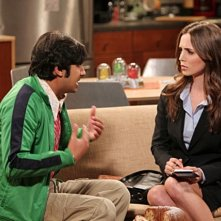 La guest star Eliza Dushku e Kunal Nayyar nell'episodio The Apology Insufficiency di The Big Bang Theory