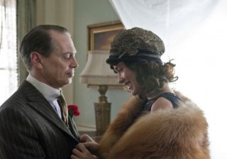 Steve Buscemi e Paz de la Huerta in una scena dell'episodio 'Home' di Boardwalk Empire