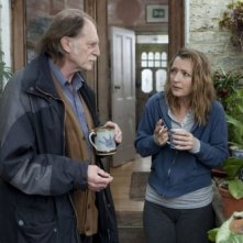 Lesley Manville e David Bradley nel film Another Year