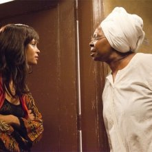 Thandie Newton e Whoopi Goldberg nel film For Colored Girls Who Have Considered Suicide When the Rainbow Is Enuf