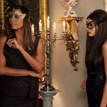 Lucy (Natashia Williams) e Katherine (Nina Dobrev) nell'episodio Masquerade di Vampire Diaries