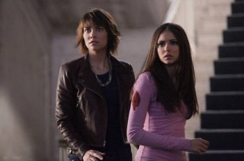 Rose (Lauren Cohan) ed Elena (Nina Dobrev) nell'episodio Rose di Vampire Diaries