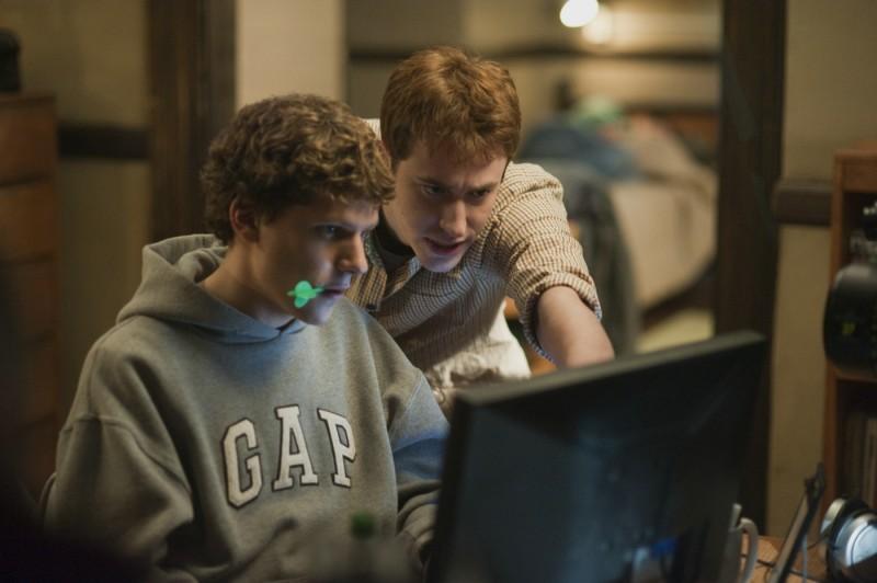 Jesse Eisenberg con Andrew Garfield nel film The Social Network