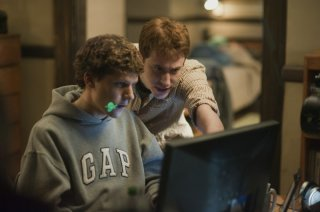 Jesse Eisenberg con Andrew Garfield nel film The Social Network