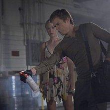 Julia Stiles e Michael C. Hall in una scena dell'episodio Everything is Illumenated della quinta stagione di Dexter