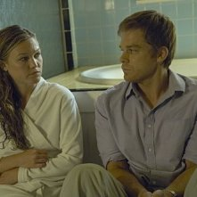 Michael C. Hall e Julia Stiles in una sequenza dell'episodio Everything is Illumenated della quinta stagione di Dexter