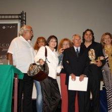 Massimo Fersini (al centro) regista del film Totem Blue, riceve un riconoscimento al South Cinema Festival - Calabria
