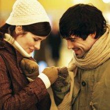 Un'immagine romantica di Nora Tschirner e Unax Ugalde dal film Bon Appetit