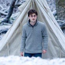 Daniel Radcliffe davanti alla tenda in una scena del film Harry Potter e i doni della morte - parte 1