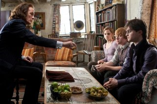 Daniel Radcliffe, Rupert Grint ed Emma Watson osservano Bill Nighy nel film Harry Potter e i Doni della Morte - parte 1