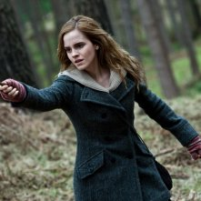 Emma Watson armata di bacchetta nel film Harry Potter e i doni della morte - parte 1