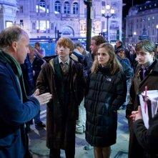 Il regista David Yates parla con i ragazzi sul set londinese di Harry Potter e i Doni della Morte - Parte 1