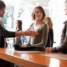 Slater (Trevor Peterson) porge la mano a Damon (Ian Somerhalder) nell'episodio Katerina di Vampire Diaries
