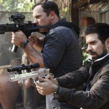 Adam Baldwin e Joshua Gomez armati in un momento dell'episodio Chuck Versus Phase Three