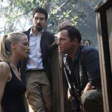 Adam Baldwin parla a Yvonne Strahovski e Joshua Gomez nell'episodio Chuck Versus Phase Three