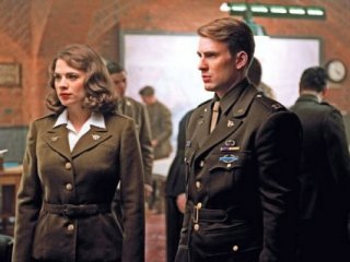 Chris Evans e Hayley Atwell in una scena di Captain America: il primo vendicatore