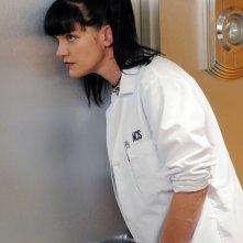 Abby (Pauley Perrette) origlia dietro la porta nell'episodio Broken Arrow di NCIS