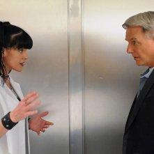 Abby (Pauley Perrette) parla con Gibbs (Mark Harmon) nell'episodio Broken Arrow di NCIS
