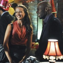 Amy Acker e Romany Malco nell'episodio No Ordinary Mobster di No Ordinary Family