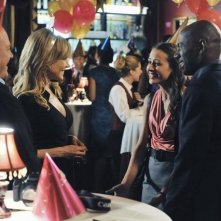 Michael Chiklis, Julie Benz, Amy Acker e Romany Malco nell'episodio No Ordinary Mobster di No Ordinary Family