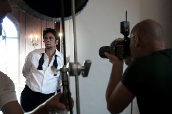Wallpaper di Benicio Del Toro sul set del Calendario Campari 2011