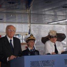 Marc Tainon tra Raimondo Vianello e Sandra Mondaini sul set di Crociera Vianello