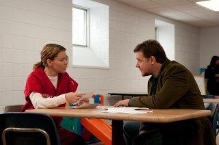 Elizabeth Banks e Russell Crowe in una scena del film The Next Three Days