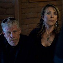 Katie Sagal e Ron Perlman in Sons of Anarchy nell'episodio Mirage