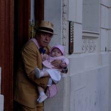 Lino Toffolo con la misteriosa bimba in Tutti i padri di Maria