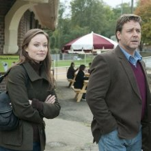 Olivia Wilde con Russell Crowe in una scena del film The Next Three Days
