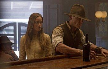 Olivia Wilde e Daniel Craig in una scena del film Cowboys & Aliens