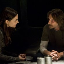 Kathleen Munroe e Robert Carlyle in una scena dell'episodio The Greater Good di Stargate Universe