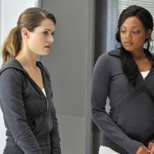 Lyndsy Fonseca e Tiffany Hines in un momento dell'episodio One Way di Nikita