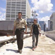 Andrew Lincoln e Steven Yeun in una scena dell'episodio Vatos di The Walking Dead