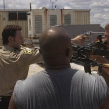 Andrew Lincoln, Robert 'IronE' Singleton e Norman Reedus nell'episodio Vatos di The Walking Dead
