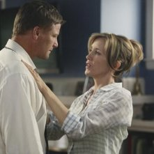 Doug Savant e Felicity Huffman in una scena dell'episodio You Must Meet My Wife di Desperate Housewives