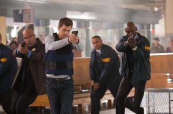 Joshua Jackson e Lance Reddick in un momento dell'episodio Entrada di Fringe