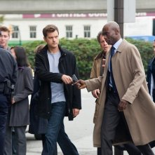 Joshua Jackson e Lance Reddick in una scena dell'episodio Entrada di Fringe