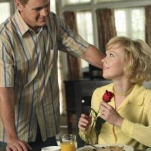 Mark Moses ed Emily Bergl in una scena dell'episodio You Must Meet My Wife di Desperate Housewives