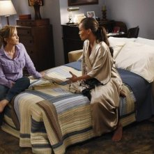 Vanessa Williams e Felicity Huffman in un momento dell'episodio Remember Paul? di Desperate Housewives