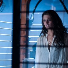 Ashley Greene in una scena dell'horror The Apparition