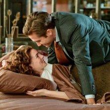Anne Hathaway e Jake Gyllenhaal in una coppia di innamorati in Amore ed altre droghe