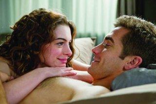 Anne Hathaway e Jake Gyllenhaal in una tenera iimmagine di Amore ed altre droghe