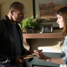 Dwayne Johnson con Jennifer Carpenter nel film Faster
