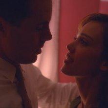 Gioco di sguardi tra Casey Affleck e Jessica Alba in The Killer Inside Me