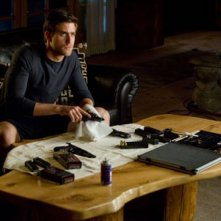 Oliver Jackson-Cohen in un'immagine dell'action Faster