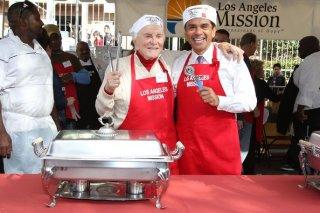 Thanksgiving Day 2010: Kirk Douglas serve fette di tacchino arrosto ai senzatetto di Los Angeles assieme al sindaco Antonio Villaraigosa